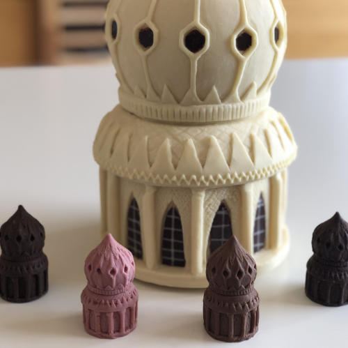 4 mini pavilion saloon pops with larger white chocolate and dark chocolate model of the Brighton Pavilion saloon